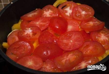 Потом кружочки помидоров.