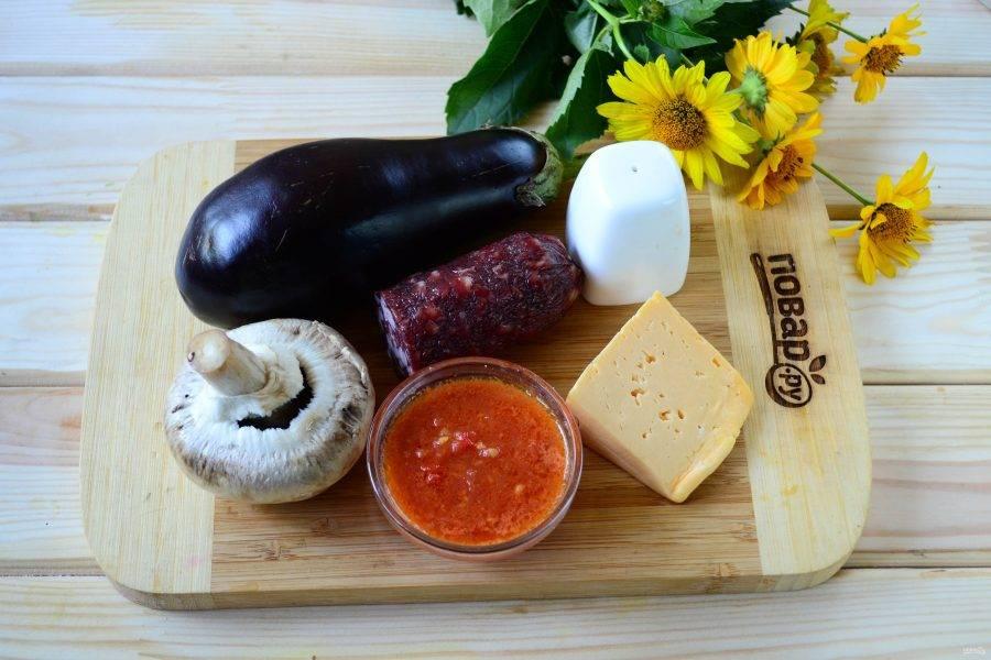 Подготовьте все необходимые ингредиенты. Томатный соус можете использовать покупной или приготовить самостоятельно. А может, у вас есть готовый томатный соус, закатанный в банки? Тогда смело используйте его.