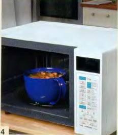 Добавить обжаренные сосиски и сардельки в суп. посолить, поперчить. Готовить в микроволновой печи 12 мин. при мощности 70%. Вынуть суп из печи и оставить под крышкой в теплом мосте.