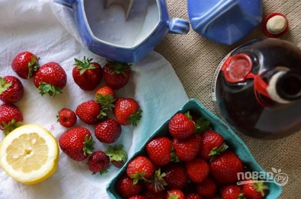 1. Чтобы сделать в домашних условиях клубничный суп, понадобится совсем немного: ягоды, немного сахара и сока лимона, чтобы оттенить вкус.