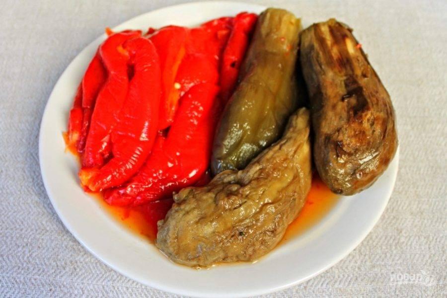 Баклажаны чистим, с болгарского перца снимаем тонкую шкурку-пленку (после запекания она легко отделяется), и вынимаем косточки с ножкой.