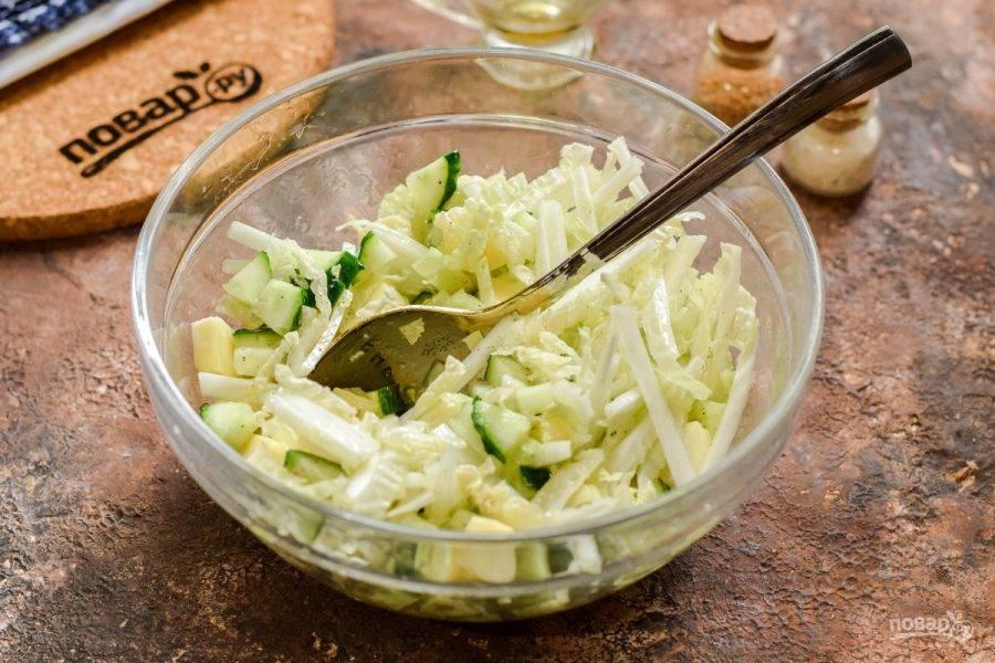 Перемешайте все ингредиенты и подавайте салат к столу.