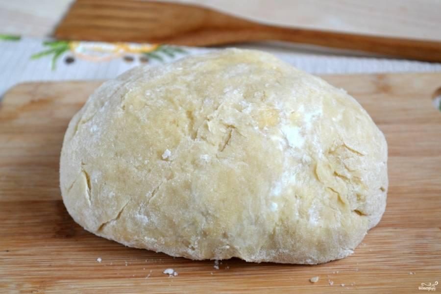 Бисквитно-песочное тесто готово. Заверните его в пищевую пленку и отправьте в холодильник на 1 час.