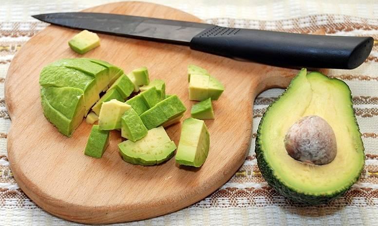 1. Для начала подготовительный этап. Авокадо вымыть, просушить, удалить косточку и нарезать небольшими кубиками.