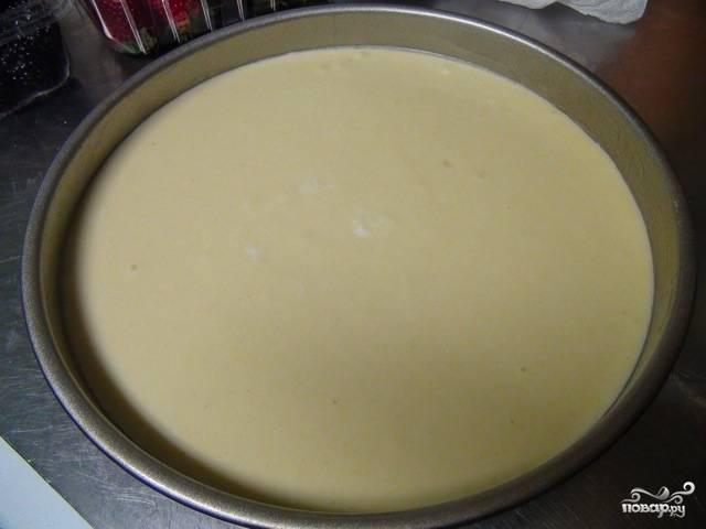 Смажьте оставшимся маслом форму, выложите массу творожную и дайте постоять минут 10, чтобы манка набухла.
