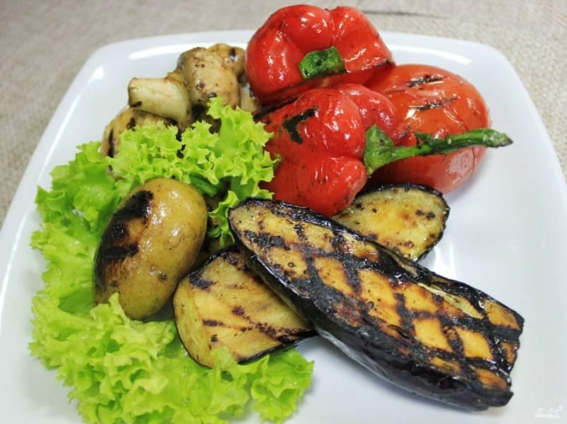 Когда все овощи приготовятся, можно накрывать на стол. На каждую тарелку выкладываю листья салата. Сверху помещаю печеные овощи. Вот такой вот веганский шашлык, как раз для худеющих! Приятного вам лета!