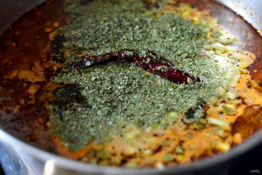 Отключите нагрев, положите в суп целый со всех сторон стручок сухого острого перца, дайте супу настояться минут 15. Перед подачей выньте стручок перца из кастрюли. Можно в тарелку любителям острого.