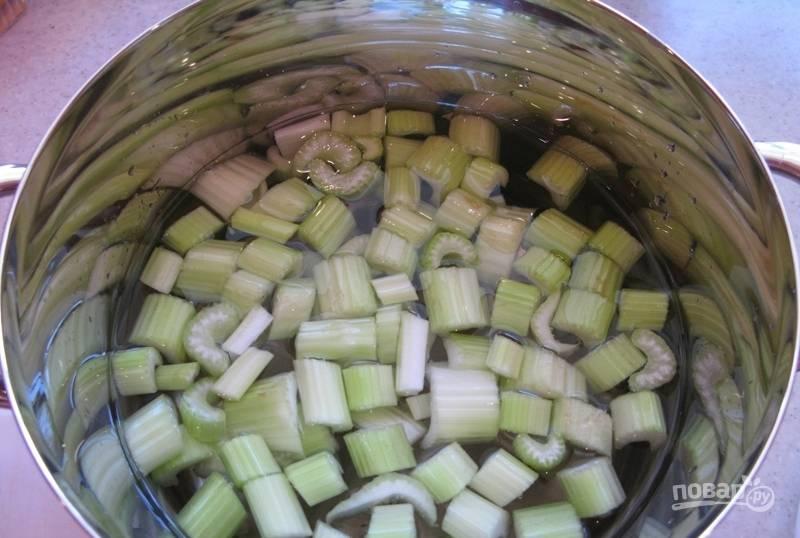 Сельдерей залейте в кастрюле 2 литрами воды. Доведите её до кипения, а потом варите в течение 35 минут на небольшом огне.