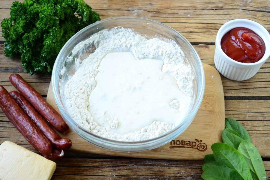 Начнем с приготовления теста. Смешайте все сухие ингредиенты: муку, соль, пищевую соду, перемешайте. Затем влейте пахту и хорошенько размешайте деревянной или силиконовой лопаткой.