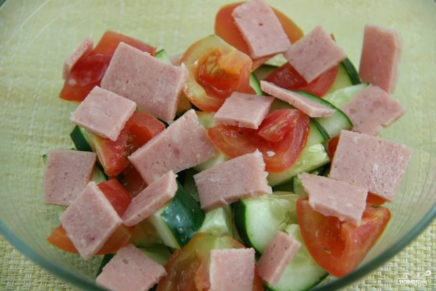 Ветчину нарежьте небольшими кусочками, добавьте в салат. И перемешайте со всеми ингредиентами перед самой подачей. Приятного аппетита.