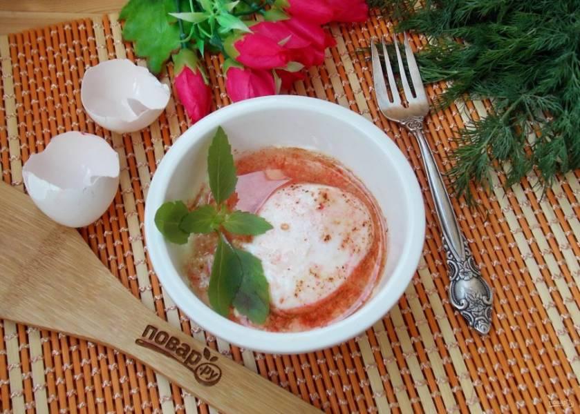 Яичница с йогуртом по-турецки готова. Подаем в горячем виде. Украшаем ароматным базиликом.