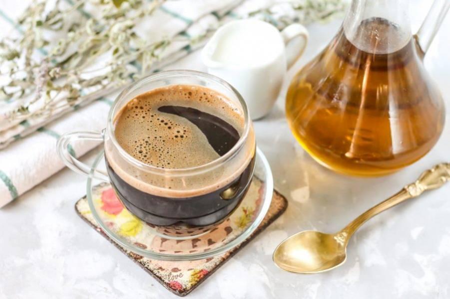 Перелейте свежесваренный кофе в чашку или чашки, стаканы, в которых будете подавать напиток к столу.