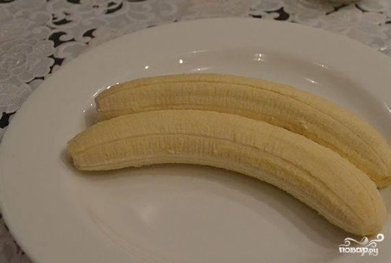 2.Почистите бананы от кожуры. Положите на блюдо.