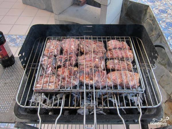 Через 1-12 часов вынимаем кастрюлю из холодильника и даем мясу «согреться» минут 20-30, после чего нанизываем его на шампуры вдоль косточки или кладем на решетку, солим и запекаем на углях, периодически поливая кефиром, разведенным с водой, квасом, вином и т.д.