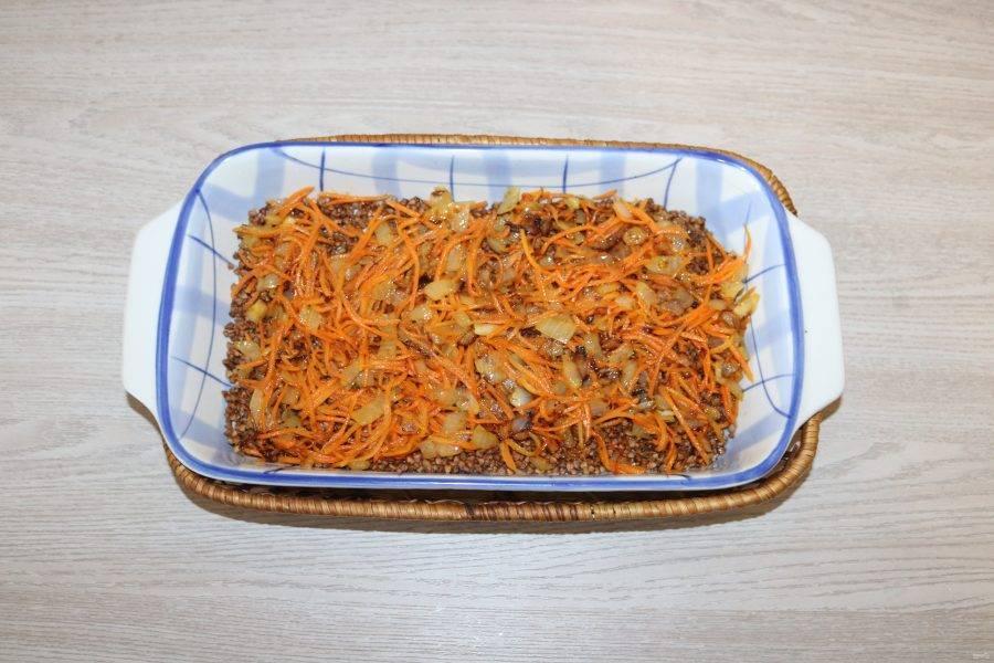Сверху выложите обжаренный лук и морковь.