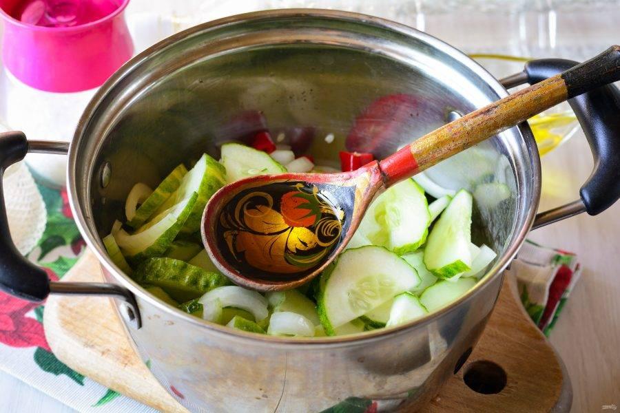 Влейте масло и уксус. Салат перемешайте и оставьте мариноваться на 30-40 минут на столе.