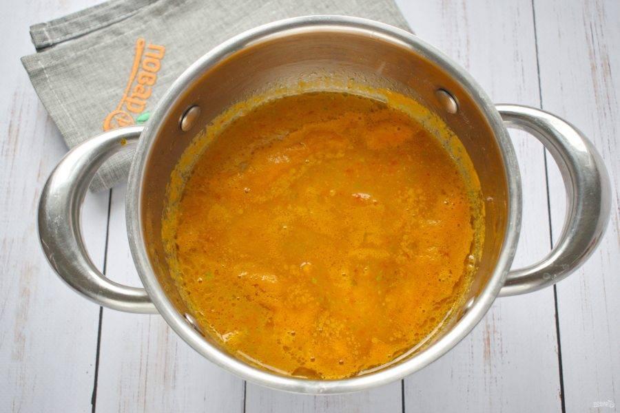 Разведите пюре овощным бульоном (или водой) до желаемой густоты. Посолите и поперчите по вкусу, добавьте сушеный чеснок. Поставьте на медленный огонь, доведите до кипения, варите в течение 5 минут.