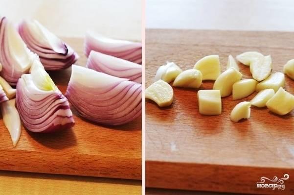 2. Очистите и нарежьте лук (лучше всего использовать в рецепт приготовления томатного супа-пюре с сыром красный лук) и чеснок.