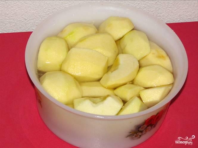 3.Яблоки моем и очищаем от кожуры, разрезаем их на 4 части и опускаем в холодную воду с добавлением сока половинки лимона.