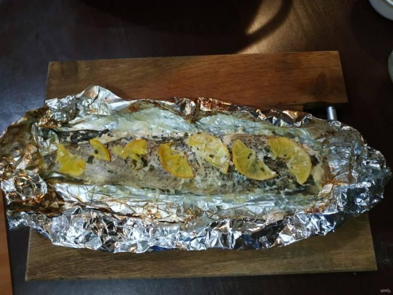 За 10 минут до готовности разверните фольгу и продолжайте запекать рыбку. Так рыба получит красивый золотистый вид.