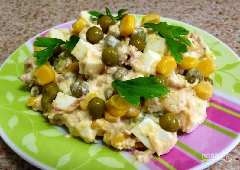 Солим и перчим по вкусу. Заправляем салат майонезом и украшаем зеленью. Приятного аппетита!