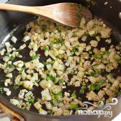 4.Мелко нарезаем чеснок, и добавляем его на сковороду, так же добавляем половину петрушки и орегано. Интенсивно помешивая, жарим примерно одну минуту.