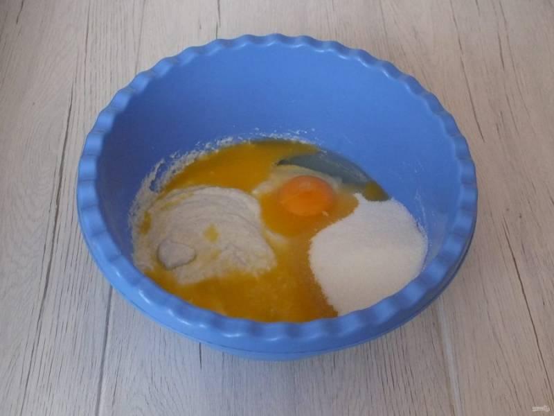 По истечении времени, к набухшей манке добавьте яйцо, сахар, ванилин, растопленное масло. Тщательно перемешайте, чтобы не было комков.