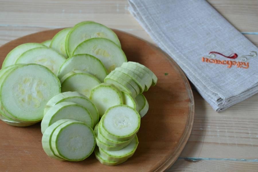 4. Кабачки порежьте кружочками толщиной 5 мм. Я выбираю самые молодые кабачки с ярко-зеленой кожицей.
