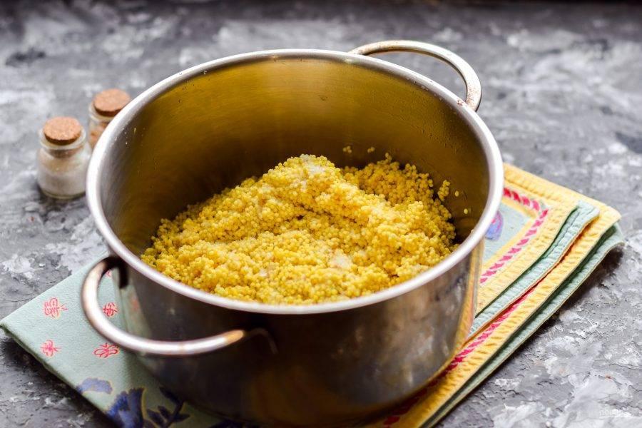 Переложите пшено в кастрюлю, добавьте щепотку соли.