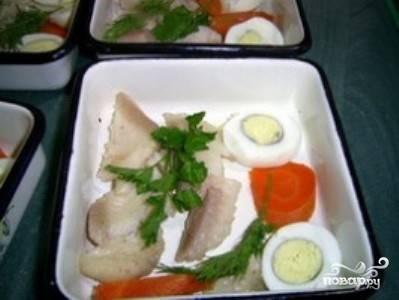 Яйца сварите вкрутую и очистите от скорлупы. нарежьте кружочками. После того, как бульон сварился, выловите из него морковь и нарежьте красивыми кружочками или звездочками. Бульон процедите, мелкую рыбу отложите в сторону - она нам не нужна.