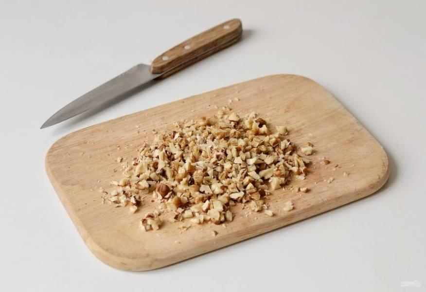 Грецкие орехи мелко порубите ножом.
