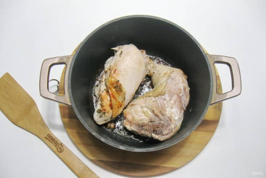 Обжарьте курицу со всех сторон до золотистой корочки.