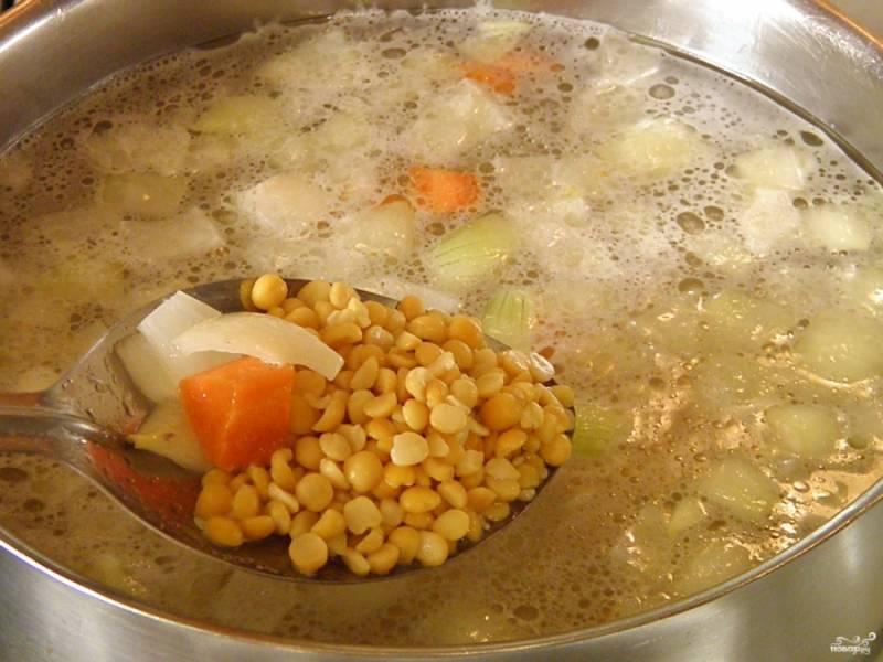 4. В кипящий бульон положите горох и овощи. Откорректируйте бульон на соль. Варите до мягкости гороха. Время напрямую зависит от сорта гороха.