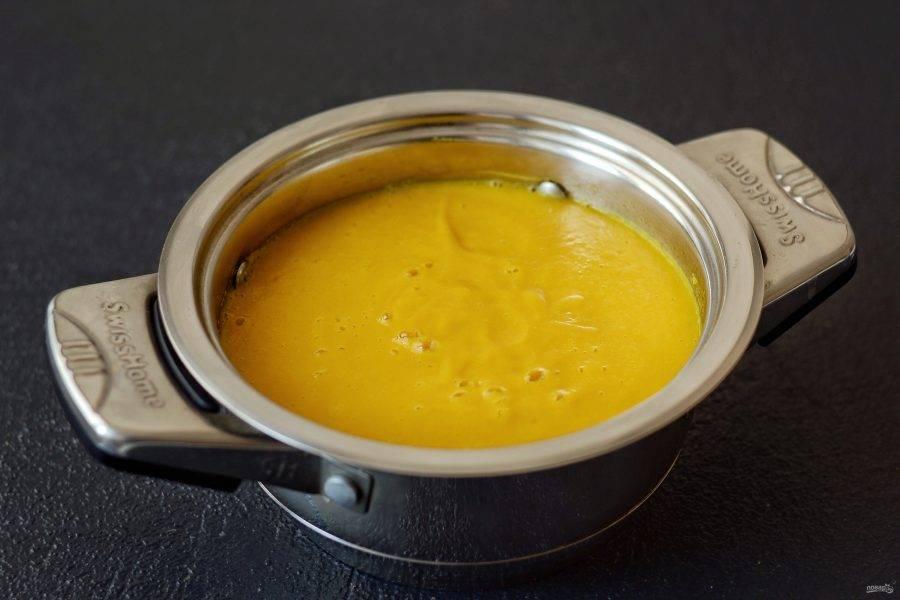 Добавьте в суп нут, посолите, поперчите. Измельчите массу блендером до однородного пюре.