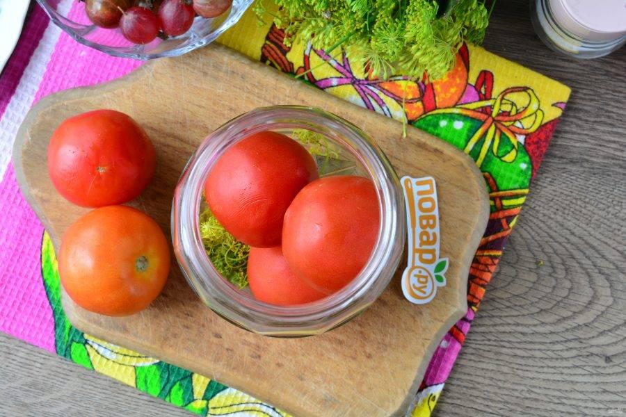 Выложите хорошо промытые помидоры.