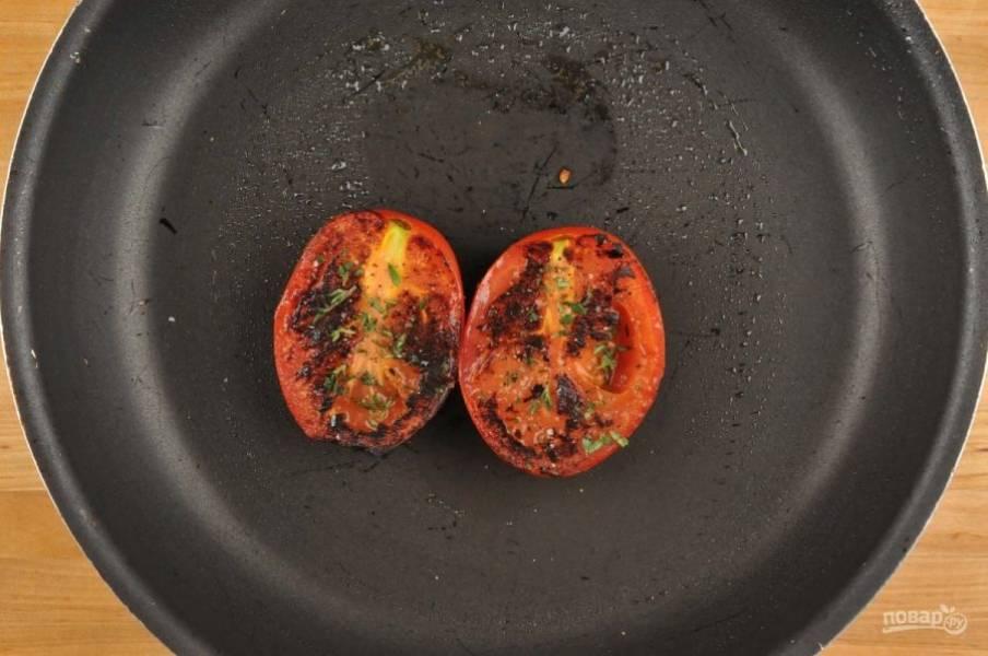 3. Тем временем на сковороде разогрейте немного масла. Помидор натрите солью и перцем. Обжарьте его с обеих сторон по 2 минуты с каждой. В конце немного присыпьте тимьяном.