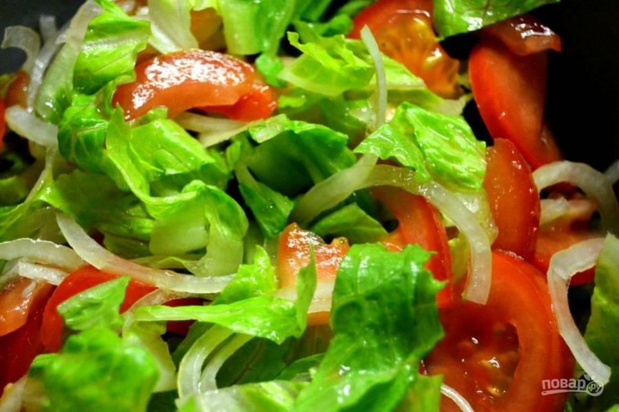 4.Смешайте в большой миске все овощи, заправьте салат оливковым маслом, уксусом и солью.