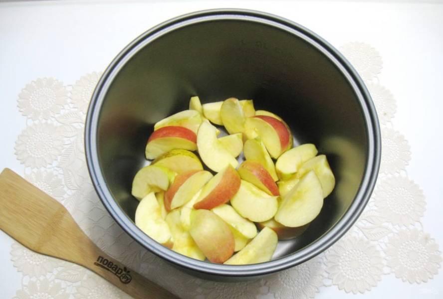 Нарежьте яблоки дольками и выложите в чашу мультиварки.