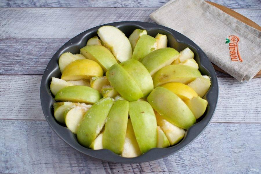 Крупные яблоки разрежьте на 8 долек (маленькие на шесть), удалите семенную коробочку. Дольки разложите плотно по дну формы кожицей вниз. Посыпьте 1/2 стакана сахара, разместите сверху оставшиеся дольки яблок. Поставьте запекаться в духовку при 200 градусах примерно на 60 минут. Яблоки должны стать мягкими, но не развалиться. Дайте им остыть минут 10.