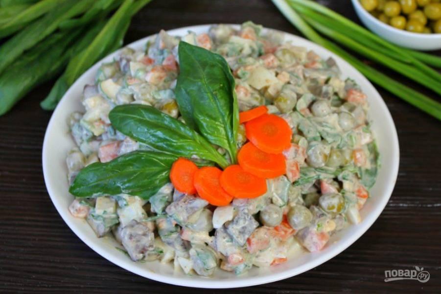 Салат с печенью, морковкой и горошком готов. Приятного аппетита!