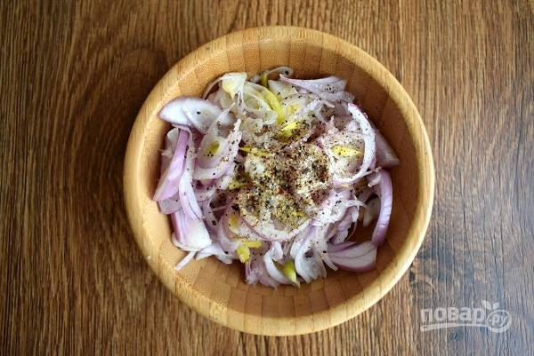 Салатный лук (у меня лук-шалот) нарежьте соломкой, добавьте соль, черный свежемолотый перец.
