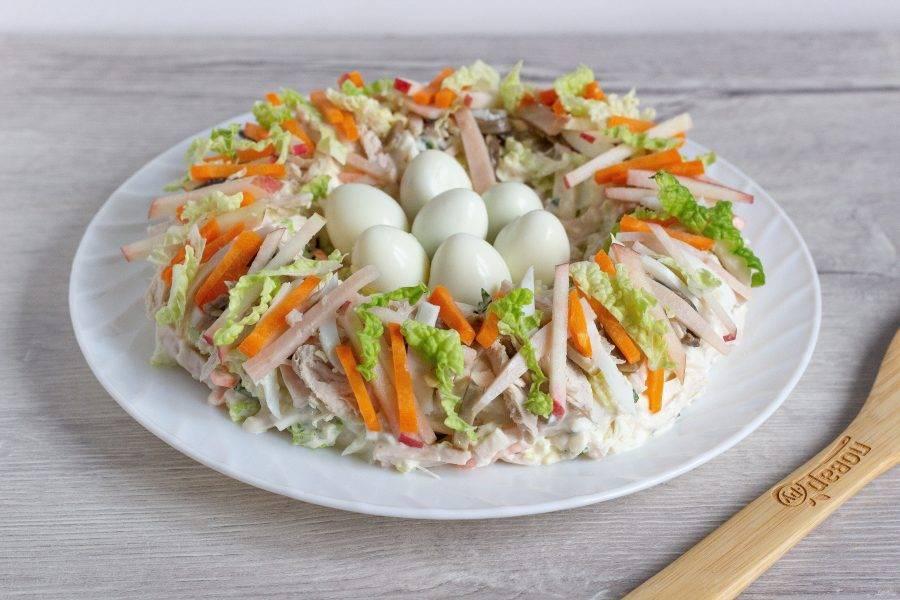 В середину гнезда выложите очищенные  перепелиные яйца и подавайте к столу или дайте салату немного настояться.