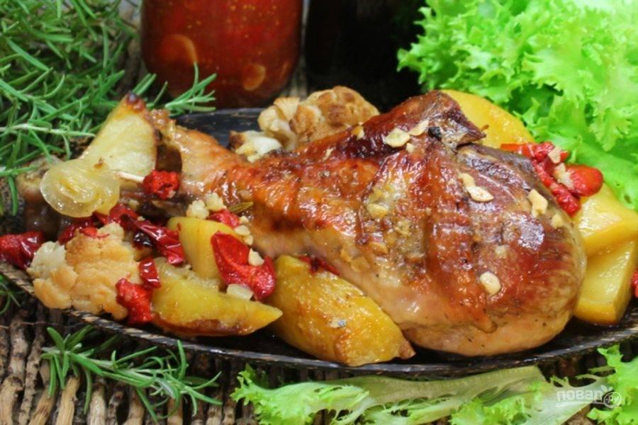 Индюшатину с овощами подаем горячей. Приятного аппетита!