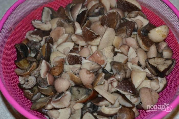 Готовые грибы откиньте на дуршлаг.