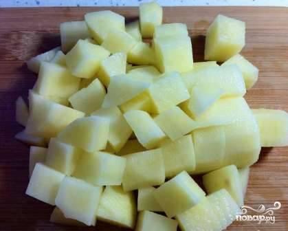 Картофель очищаем и нарезаем (кубиками, брусочками - как вам нравится). Отправляем картофель в кастрюлю к супу, пусть варится.