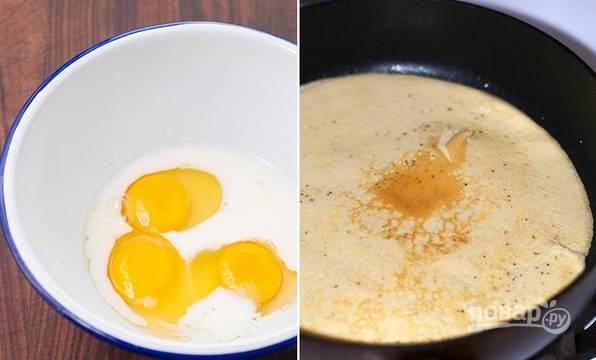5. Яйца с молоком и небольшим количеством соли взбейте венчиком или вилкой. Вылейте на сковороду и жарьте омлет до румяности. После остудите и нарежьте.