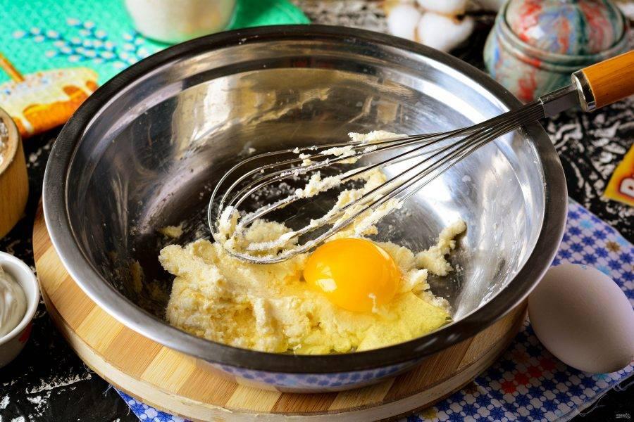 По одному вводите яйца и перемешивайте венчиком.