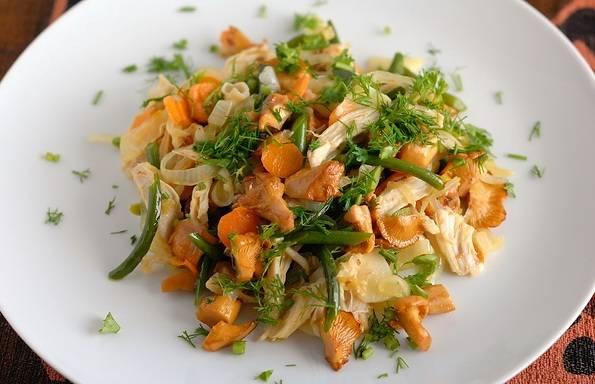 Подаем салат теплым, посыпав его свежей зеленью. Приятного аппетита!
