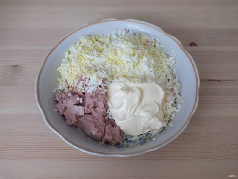 В чашу натрите на мелкой терке плавленый сыр, яйца. Добавьте измельченный чеснок, печеночный паштет и майонез.