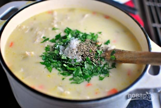 8. Добавьте по вкусу соль, перец и зелень. Через пару минут можно снимать с огня и подавать к столу.